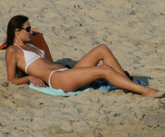 533755_carla-bruni-bikini-1-21