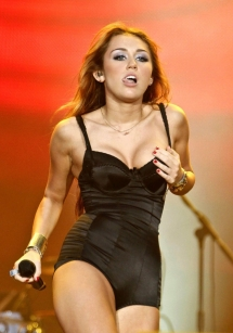 miley-cyrus-hot-concert-pics-02