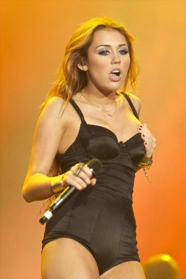 miley-cyrus-hot-concert-pics-10