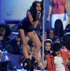 miley-cyrus-pole-dance-teen-choice-awards